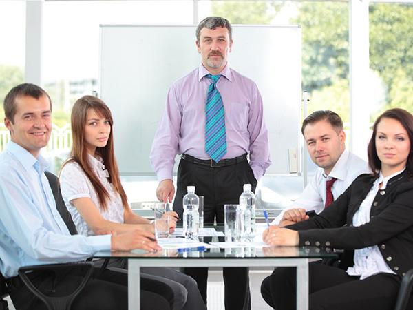 管理者必须要坚持的4个原则,不知道这些,员工造你的反也正常